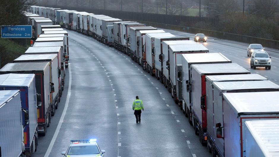 تهريب مهاجرين إلى فرنسا بالشاحنات !!