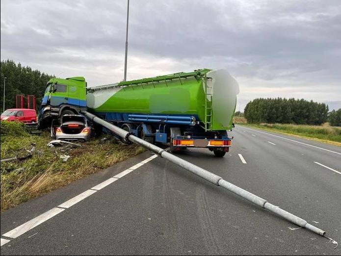 A2 باتجاه أوتريخت مغلقة حتى الظهر بعد حادث بشاحنة!!