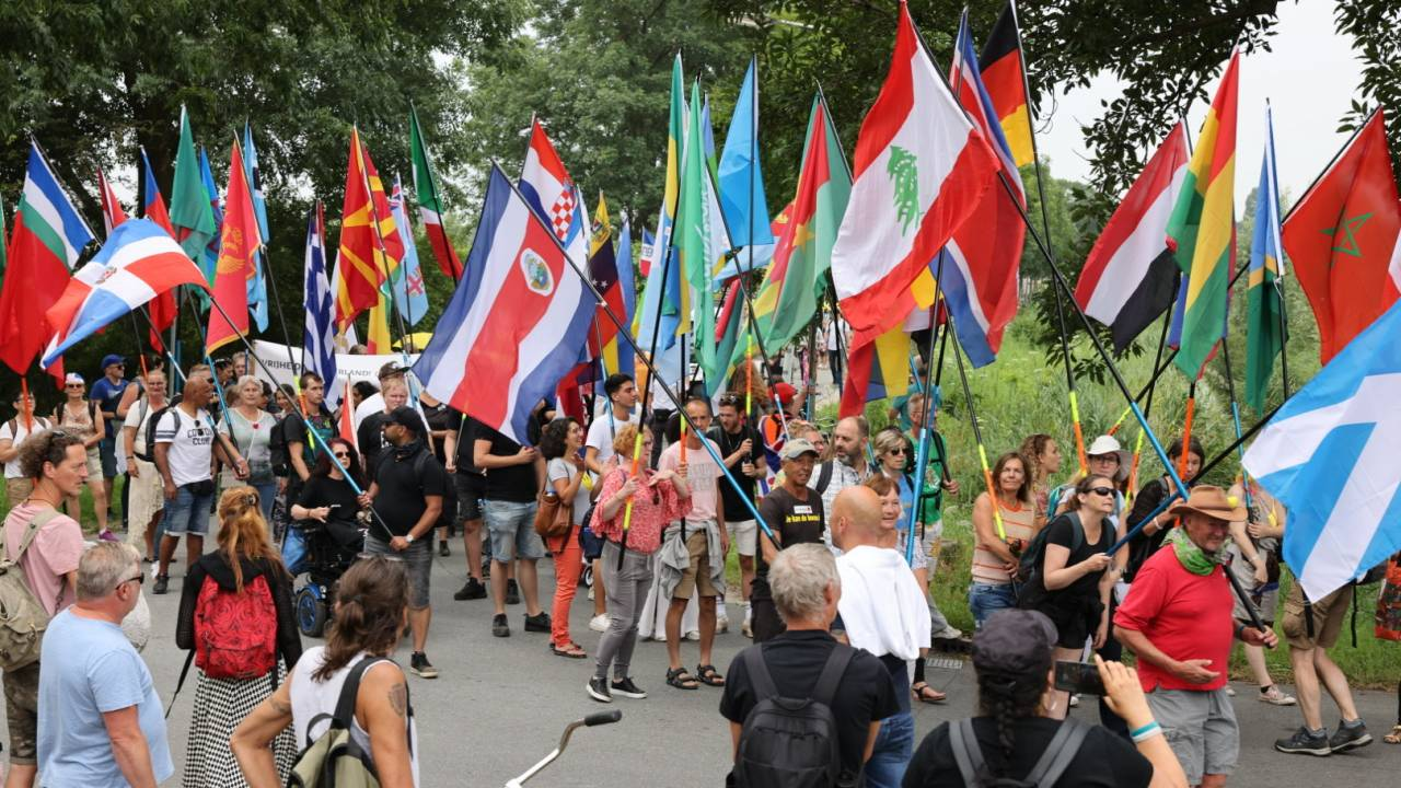 آلاف الأشخاص يتظاهرون ضد إجراءات كورونا في أمستردام