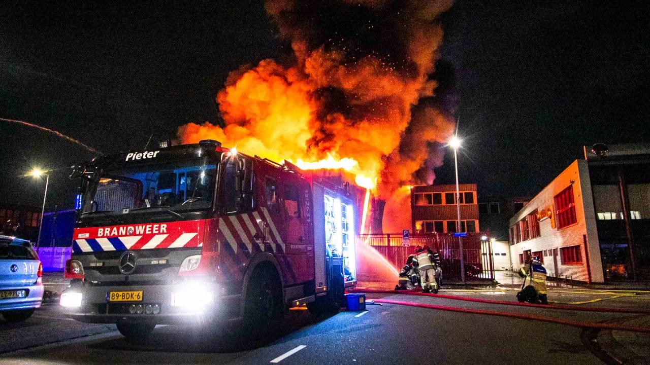 مستودع شاحنات الطعام في أمستردام-سلوتردايك يحترق تماماً