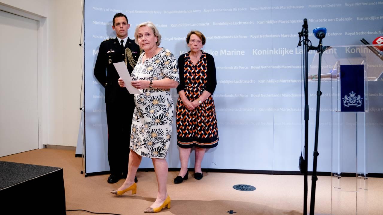 بعد كاغ، استقالت الوزيرة بيليفيلد أيضاً: أنا أقف في طريق الدفاع عن العمل