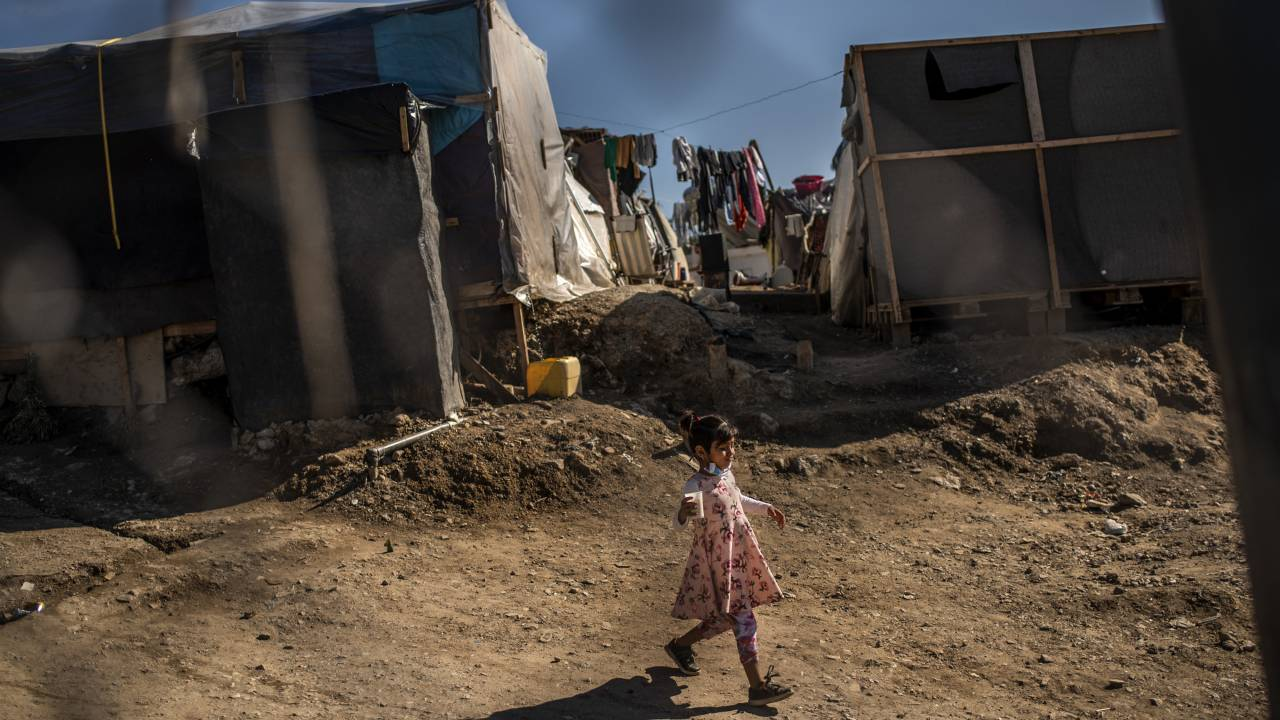 لا يُسمح لأي شخص بالدخول أو الخروج من مخيم اللاجئين اليوناني الجديد