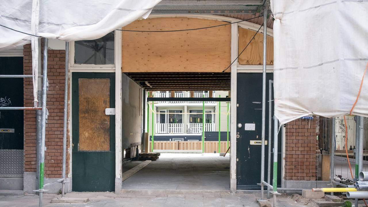 """صيانة سيئة للغاية لعشرات الآلاف من منازل جمعية الإسكان """"الهدم ضروري"""""""