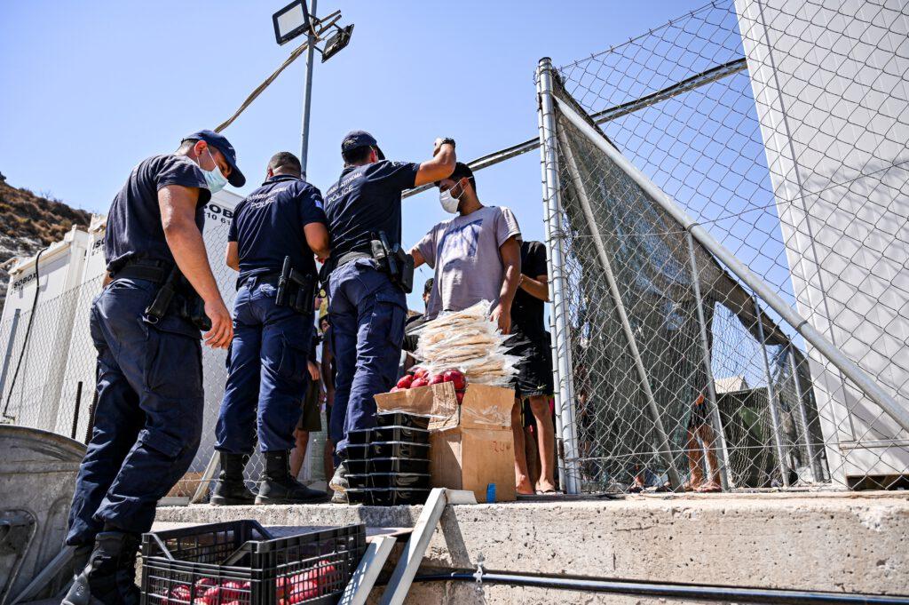 """اليونان تفتتح سجناً ضخماً للاجئين وتطلق عليه اسم """"المخيم النموذجي"""""""