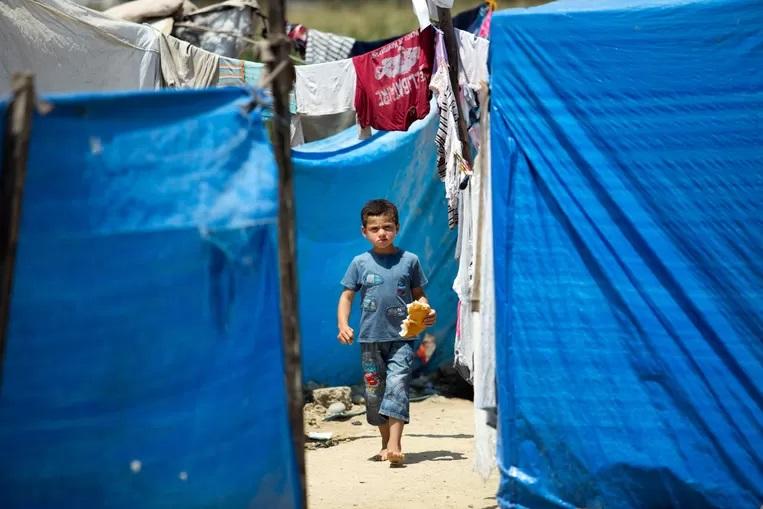 """""""أطفال يبكون في محطة القطار"""" يسافر العديد من أطفال اللجوء وحدهم إلى هولندا"""