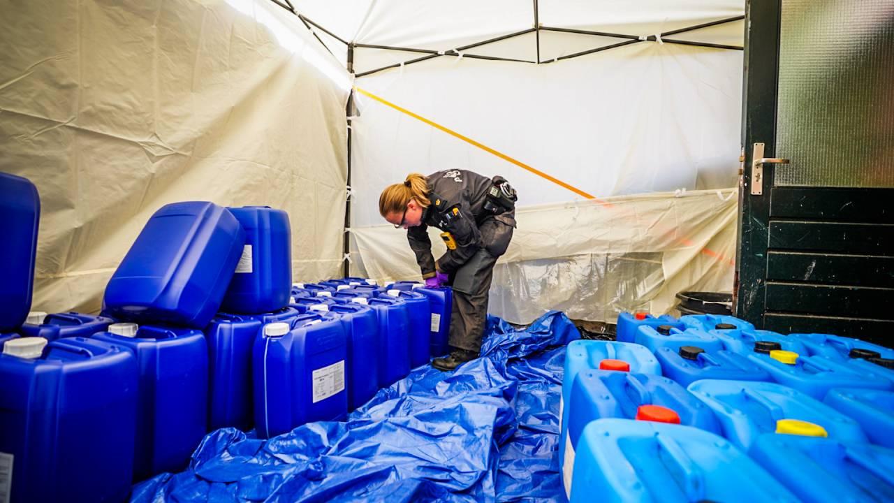 العثور على عشرات البراميل بمواد خطرة لصنع المخدرات في منطقة سكنية (أيندهوفن)