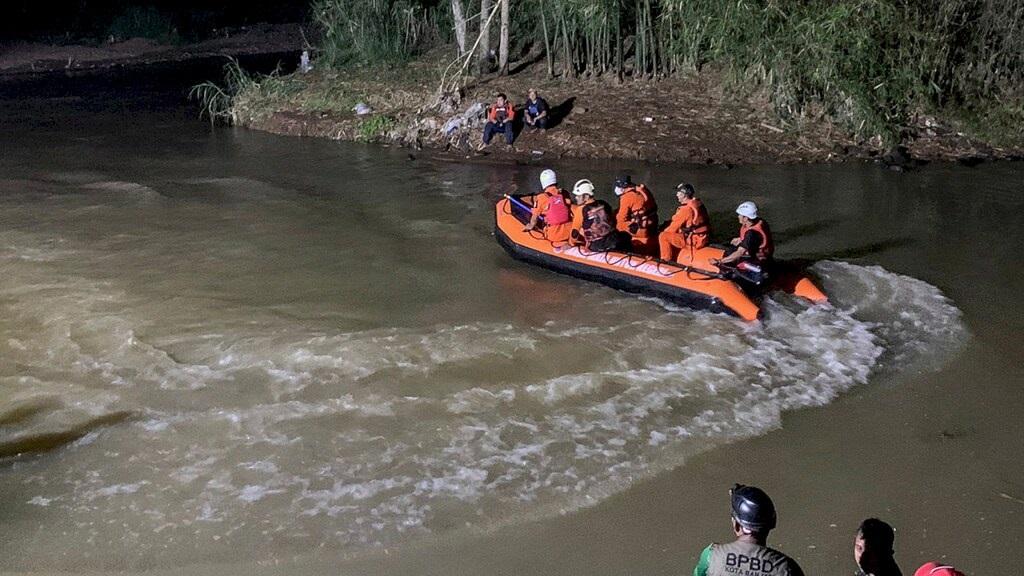 غرق أحد عشر طالباً في عملية تنظيف القمامة في نهر إندونيسيا