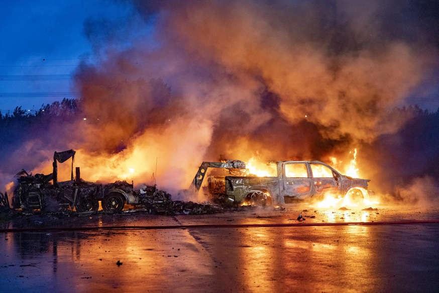 قافلة مشتعلة بعد انفجارات في هوفدورب